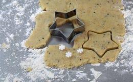 Biscotti casalinghi del pan di zenzero di Natale tavola sul 17 novembre 2014 Immagini Stock Libere da Diritti