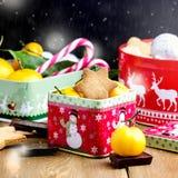 Biscotti casalinghi del pan di zenzero di Natale sul bastoncino di zucchero lunatico S del fondo di stile del fondo di Natale deg Immagini Stock Libere da Diritti