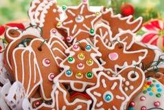 Biscotti casalinghi del pan di zenzero per l'albero di Natale Immagine Stock