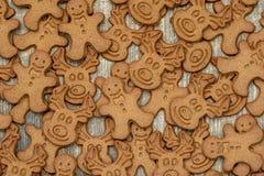 Biscotti casalinghi del pan di zenzero sulla tavola di legno fotografia stock libera da diritti