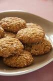 Biscotti casalinghi della cannella e della farina d'avena sulla zolla Fotografia Stock Libera da Diritti