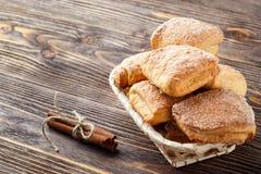 Biscotti casalinghi della cannella sulla tavola di legno rustica fotografie stock