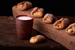 Biscotti casalinghi della ricotta e latte freddo in vetro Primo piano Fuoco selettivo fotografia stock