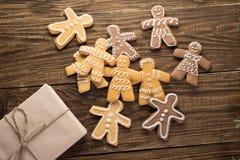Biscotti casalinghi di natale sulla tavola di legno Immagini Stock Libere da Diritti