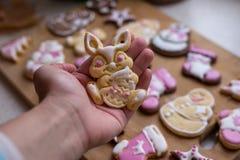 Biscotti casalinghi di Pasqua a disposizione Immagini Stock Libere da Diritti