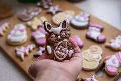 Biscotti casalinghi di Pasqua a disposizione Fotografie Stock Libere da Diritti