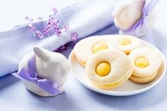 Biscotti casalinghi di pasqua e coniglietto di pasqua divertente fotografia stock libera da diritti
