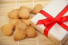 Biscotti casalinghi e un regalo Fotografia Stock