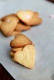 Biscotti casalinghi a forma di del cuore di giorno di Valentine's Fotografie Stock