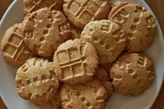 Biscotti casalinghi per la prima colazione con i caratteri svegli fotografie stock