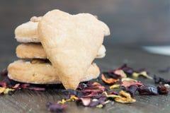 Biscotti casalinghi sotto forma di cuore Fotografia Stock Libera da Diritti
