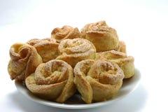 Biscotti casalinghi sotto forma di rose dei biscotti su un fondo bianco Immagini Stock Libere da Diritti