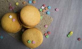 Biscotti casalinghi su carta Immagini Stock Libere da Diritti