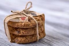 biscotti casalinghi su un fondo di legno, bendato, cuore nei precedenti fotografie stock libere da diritti