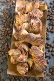 Biscotti casalinghi in una ciotola di legno Fotografie Stock Libere da Diritti
