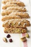 Biscotti com pistachio e airela. Imagens de Stock