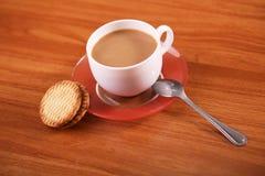 Biscotti con caffè sulla tavola Fotografia Stock