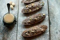 Biscotti con cioccolato ed i pistacchi Fotografia Stock