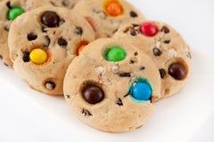 Biscotti con dei i fagioli di gelatina colorati multi su un pl rettangolare bianco Fotografia Stock