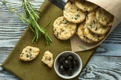 Biscotti con formaggio, olive e rosmarini Fotografia Stock