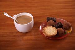 Biscotti con i dolci caldi della bevanda Fotografia Stock Libera da Diritti