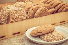 Biscotti con i semi di sesamo Fotografie Stock Libere da Diritti