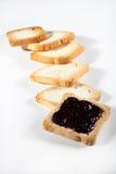 Biscotti con inceppamento su fondo bianco Immagine Stock