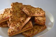 Biscotti con l'inceppamento di fragola su un piatto bianco Immagini Stock Libere da Diritti
