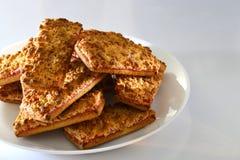 Biscotti con l'inceppamento di fragola su un piatto bianco Fotografia Stock Libera da Diritti