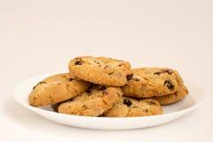 Biscotti con l'uva passa su un piatto bianco Immagine Stock