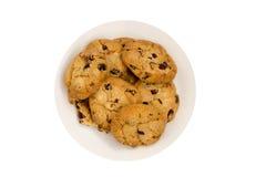 Biscotti con l'uva passa su un piatto bianco Vista superiore Fotografia Stock
