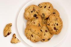 Biscotti con l'uva passa su un piatto bianco Vista superiore Fotografie Stock
