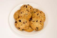 Biscotti con l'uva passa su un piatto bianco Vista superiore Fotografia Stock Libera da Diritti