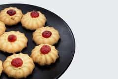 Biscotti con la fragola sul piatto fotografie stock libere da diritti