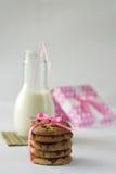 Biscotti con latte e cioccolato per il biglietto di S. Valentino Fotografia Stock Libera da Diritti