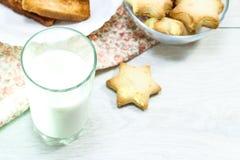 Biscotti con latte sulla tavola di mattina Dieta del carboidrato immagini stock libere da diritti