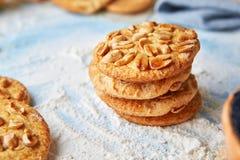 Biscotti con le arachidi sulla farina Fotografia Stock Libera da Diritti
