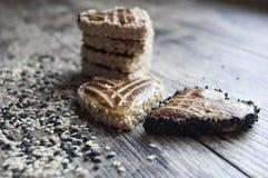 Biscotti con seasam in bianco e nero sulla tavola Fotografia Stock
