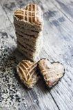 Biscotti con seasam sotto forma di cuore sulla tavola Fotografia Stock