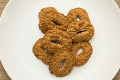 Biscotti con un foro, tentazione dolce Dessert sul piatto bianco e Immagini Stock