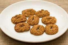Biscotti con un foro, tentazione dolce Dessert sul piatto bianco e Fotografia Stock