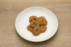 Biscotti con un foro, tentazione dolce Dessert sul piatto bianco e Immagine Stock Libera da Diritti