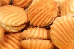 Biscotti con un riempimento dall'ostruzione sotto forma d'i cockleshells del mare fotografie stock