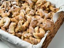 Biscotti cotti in basked Immagini Stock