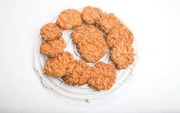 Biscotti croccanti/biscotti dell'avena su uno scaffale di raffreddamento rotondo moderno Fotografia Stock Libera da Diritti