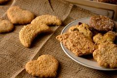 Biscotti croccanti dolci di gusto differente immagini stock libere da diritti