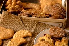 Biscotti croccanti dolci di gusto differente fotografia stock libera da diritti