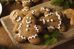 Biscotti decorati casalinghi degli uomini di pan di zenzero Fotografia Stock Libera da Diritti