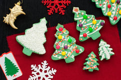 Biscotti decorati dell'albero di Natale Fotografia Stock