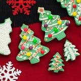 Biscotti decorati dell'albero di Natale Fotografie Stock Libere da Diritti